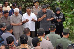 presiden sby menginjungi dan berdoa bersama di salah satu lokasi bencana