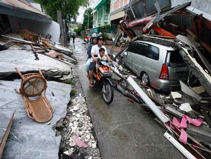 Ribuan bangunan ambruk pasca gempa tektonik berkekuatan 7,6 SR, membuat kota Padang lumpuh total