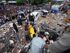Upaya untuk mengevakuasi korban gempa yang masih tertimbun reruntuhan bangunan terus dilakukan dengan peralatan seadanya