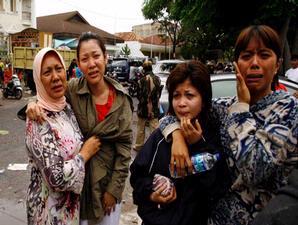 Jerit tangis warga melihat rumah mereka yang luluh lantak digoncang gempa di Padang, Sumbar, Kamis (1/10). = (Kompas.com)