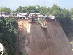 Gempa mengakibatkan terjadinya longsor di Bukit Tinggi