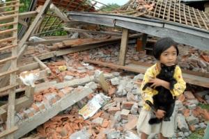 Bocah ini tidak tahu harus berbuat apa melihat rumahnya yang telah rata dengan tanah