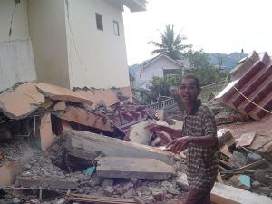 Dahsyatnya guncangan mengakibatkan ribuan rumah luluh lantak rata dengan tanah