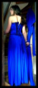 Wanita Bergaun Biru